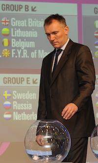 Kamil Novak makes draw (FIBA Europe/Uli Mayer)